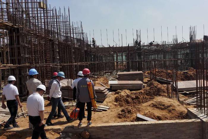 7,节日期间,洈水风景区游客接待中心正抓紧施工,争取6月底全面竣工.
